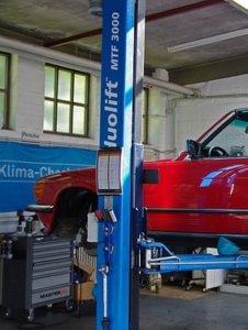 autowerkstatt mit werkzeugwagen