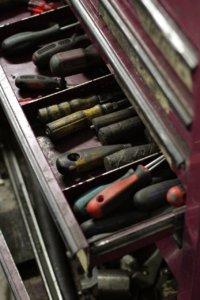 Werkzeug in werkzeugwagen schublade